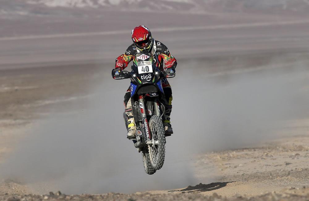 El piloto boliviano Juan Carlos Salvatierra en acción durante la undécima etapa del rally. Foto: EFE