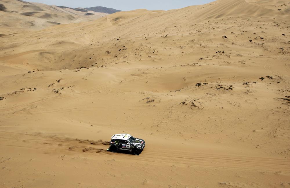 El piloto francés Stephane Peterhansel en acción durante la duodécima etapa del rally. Foto: EFE
