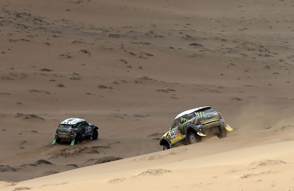 El piloto español Nani Roma (d) tras el francés Stephane Peterhansel durante la duodécima etapa del Rally. Foto: EFE