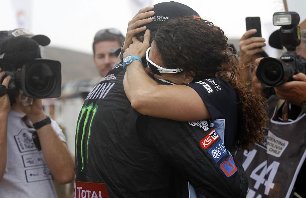 El piloto español Nani Roma (c-i) se abraza a su esposa, Rosa Romero. Foto: EFE