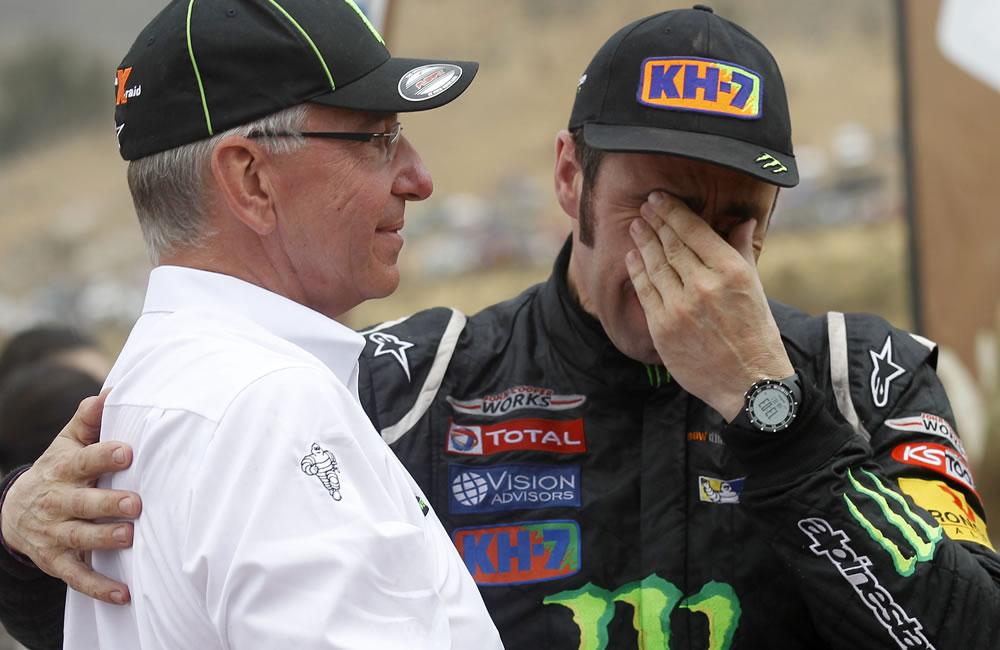 El piloto español Nani Roma (der.) reacciona ante Sven Quandt, dueño de el equipo X-Team. Foto: EFE