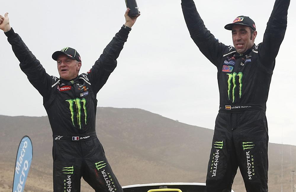 El español Nani Roma (d) y su copiloto Michel Perin celebran su primer triunfo en el Rally Dakar. Foto: EFE