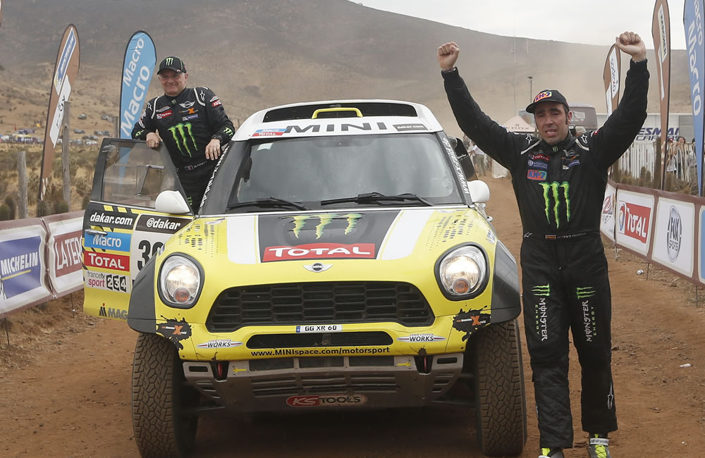 El español Nani Roma y su copiloto Michel Perin celebran su primer triunfo en el Rally Dakar. Foto: EFE