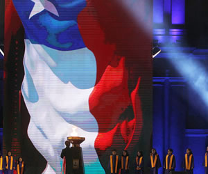 Un grupo de niños corista interpreta el himno nacional chileno durante la clausura de los X Juegos de Odesur. EFE