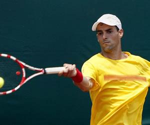 El tenista colombiano Santiago Giraldo responde una bola. EFE