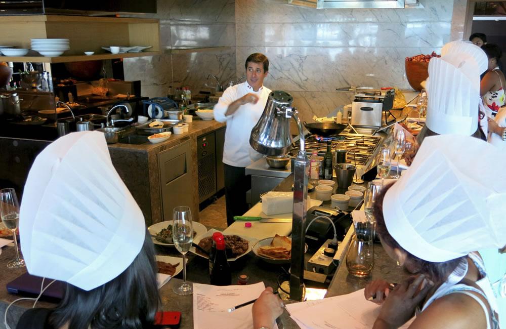 El chef Javier Ampuero explica a alumnos de varios países la elaboración de platos tradicionales peruanos. Foto: EFE