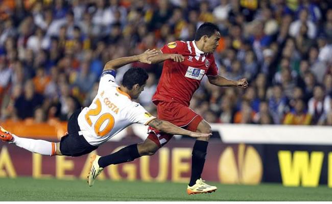 El defensa portugués del Valencia CF, Ricardo Costa (i), lucha el balón con el colombiano Carlos Bacca. Foto: EFE
