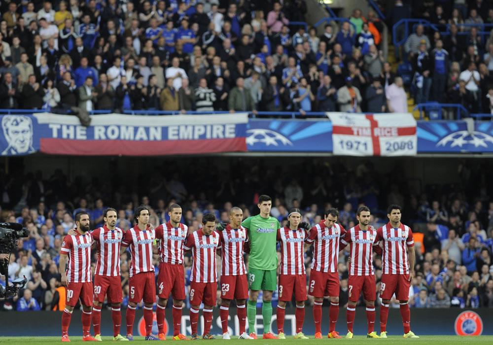 Los jugadores del Atlético de Madrid forman antes de comenzar el partido de vuelta de semifinales de la Liga de Campeones que enfrenta al Chelsea. Foto: EFE