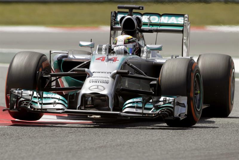 El piloto británico de Mercedes, Lewis Hamilton, durante la sesión de entrenamientos del Gran Premio de España. Foto: EFE