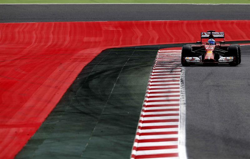 El piloto español de Ferrari, Fernando Alonso, durante la tercera sesión de entrenamientos libres del Gran Premio de España. Foto: EFE