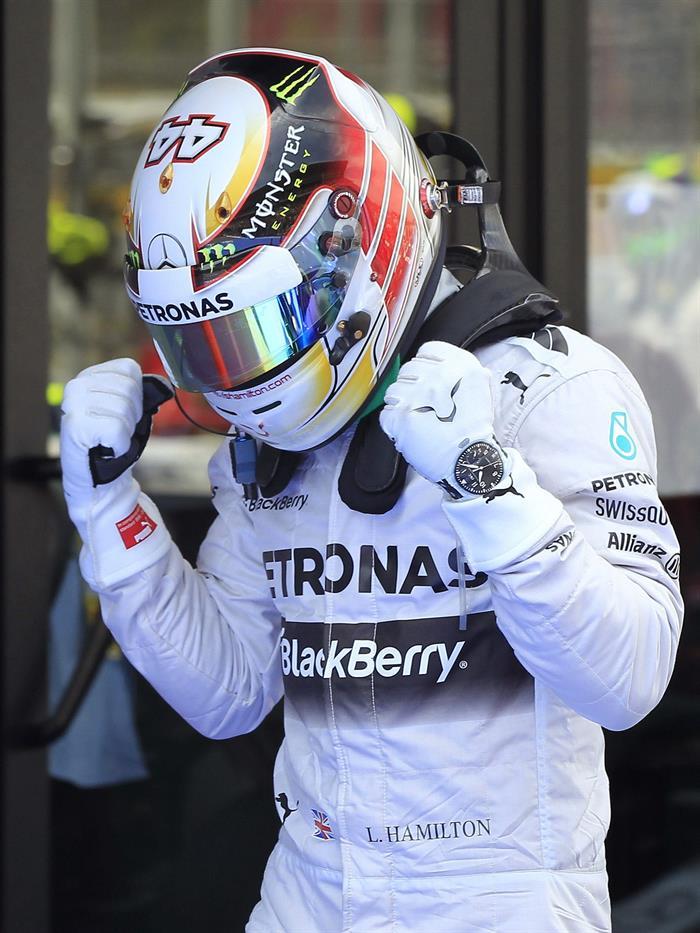 El piloto británico de Mercedes, Lewis Hamilton, tras conseguir el mejor tiempo en la clasificación del Gran Premio de España. Foto: EFE
