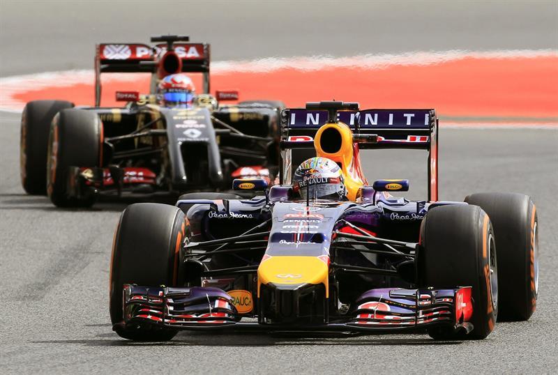 El piloto alemán Sebastian Vettel, del equipo Red Bull, seguido por el piloto francés Romain Grosjean, del equipo Lotus, durante la tercera sesión de entrenamientos. Foto: EFE