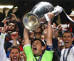 El capitán del Real Madrid Iker Casillas levanta la copa de la Champions League