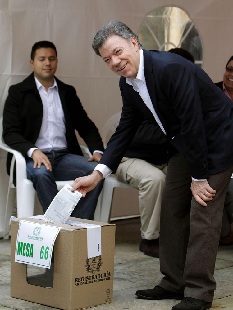 Los contrincantes Santos y Uribe ya votaron