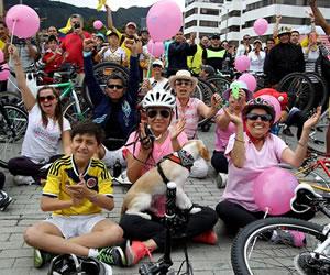 Espectadores observan la última etapa del Giro de Italia en Bogotá (Colombia). EFE