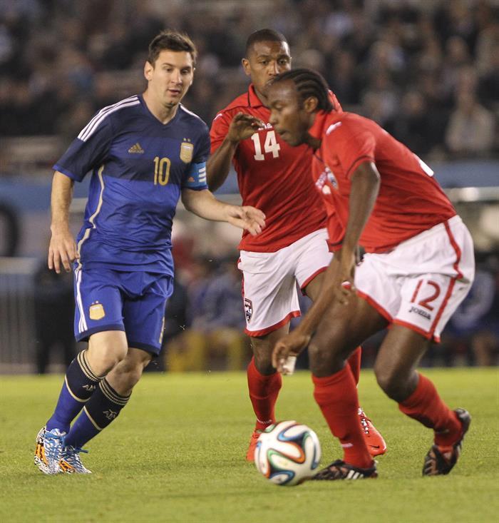 El jugador Lionel Messi (i) de Argentina disputa el balón con el jugador Yohance Marshall (d) de la selección de Trinidad y Tobago. Foto: EFE