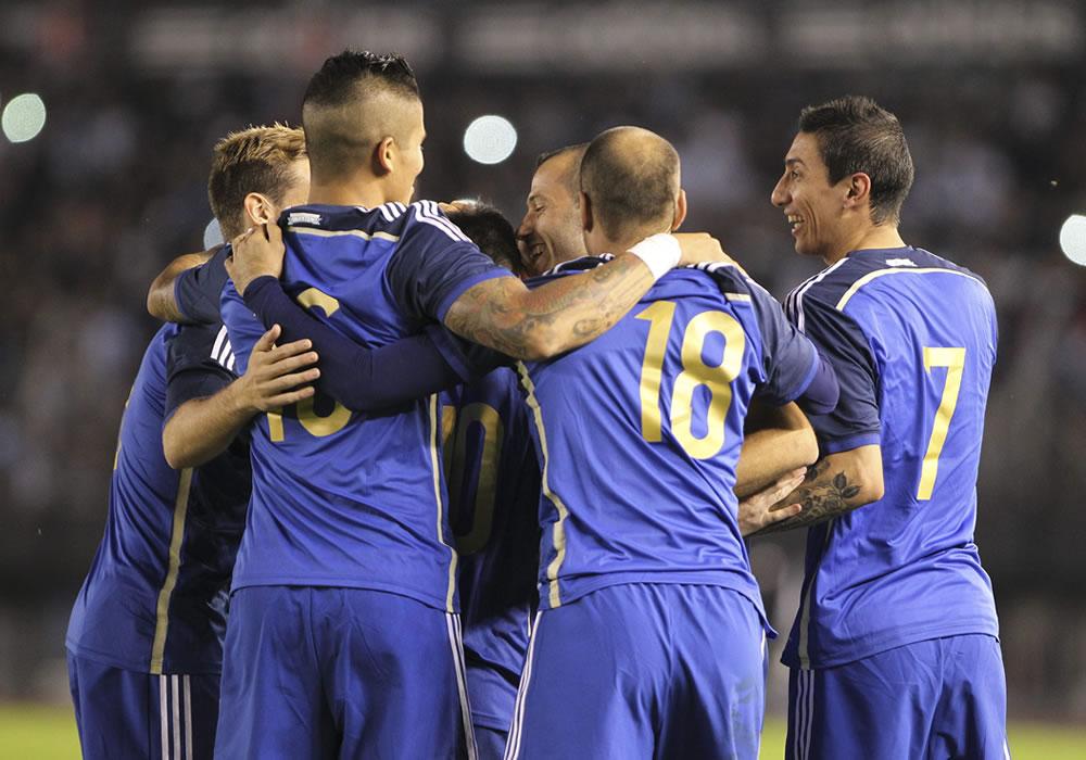 Jugadores de Argentina celebran su anotación ante la selección de Trinidad y Tobago. Foto: EFE