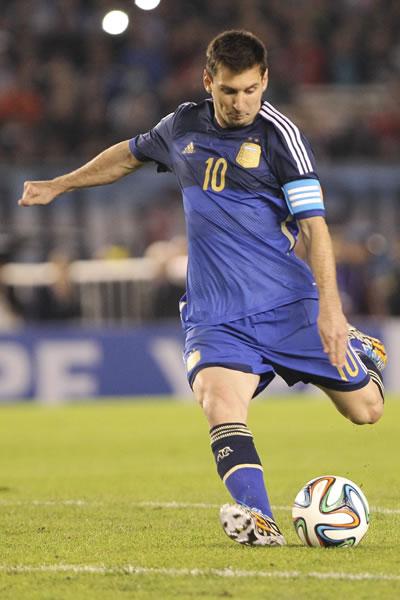 El jugador Lionel Messi de Argentina juega ante la selección de Trinidad y Tobago. Foto: EFE