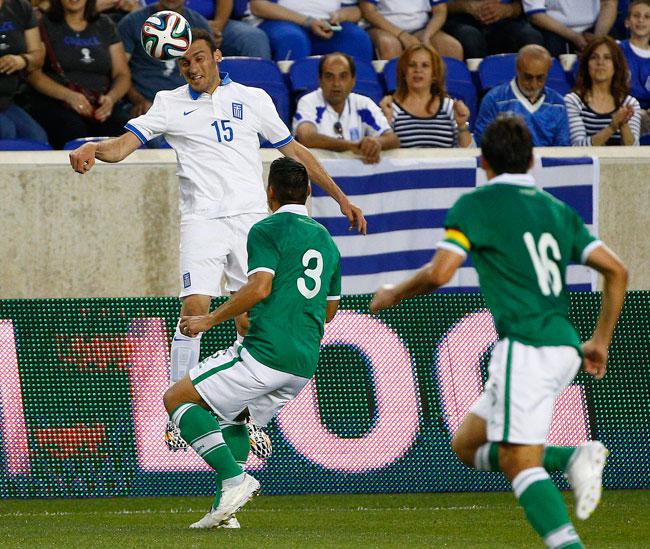 El defensor de Grecia Vasileios Torosidis trata de dominar el balón, ante la mirada de los defensores Luis Gutierrez y Ronald Raldes de Bolivia. Foto: EFE