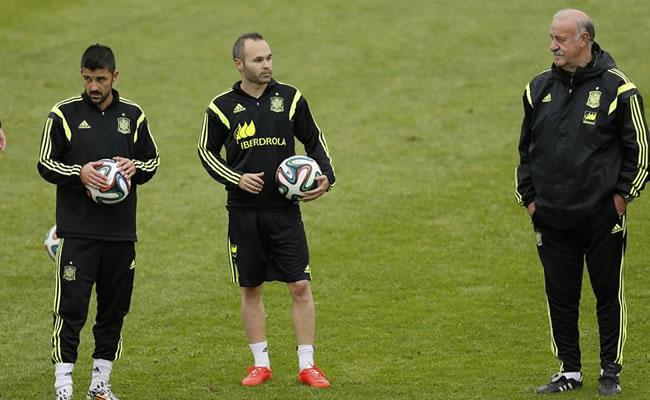 El entrenador de la selección de España Vicente del Bosque (d) y los jugadores Andrés Iniesta (c) y David Villa. Foto: EFE