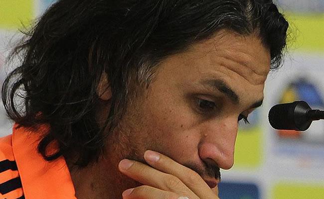 Mario Alberto Yepes de la selección colombiana de fútbol habla durante una rueda de prensa. Foto: EFE