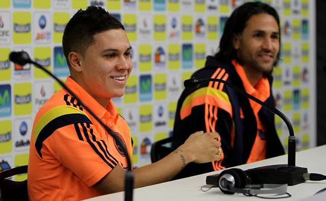 Juan Fernando Quintero (i) y Mario Alberto Yepes (d) de la selección colombiana de fútbol participan en una rueda de prensa. Foto: EFE