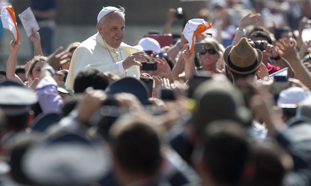 El papa Francisco saluda a los fieles durante la audiencia general de los miércoles en la plaza de San Pedro del Vaticano. Foto: EFE