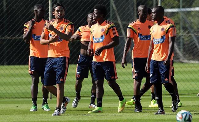 Abel Aguilar (2-i) y Carlos Sánchez (4-i) de la selección colombiana de fútbol participan en el entrenamiento. Foto: EFE