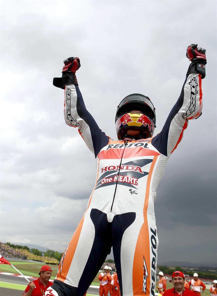 El piloto español Marc Márquez, del equipo Repsol Honda Team, celebra ante su grada la victoria tras ganar la carrera de MotoGP. Foto: EFE