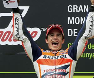 El piloto español Marc Márquez, del equipo Repsol Honda Team, con el trofeo en el podio tras ganar la carrera