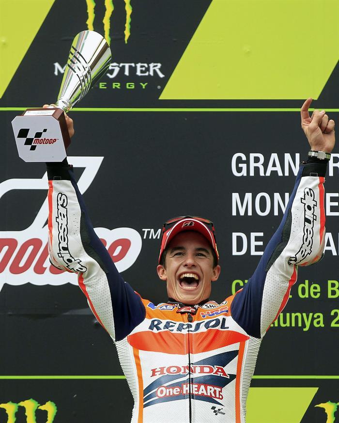El piloto español Marc Márquez, del equipo Repsol Honda Team, con el trofeo en el podio tras ganar la carrera. Foto: EFE