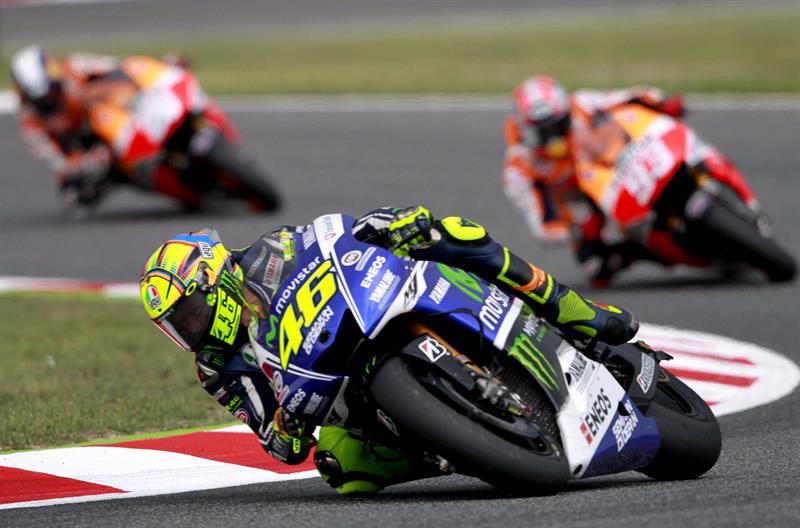El piloto italiano Valentino Rossi (i), seguido del piloto español Marc Márquez, del equipo Repsol Honda Team. Foto: EFE