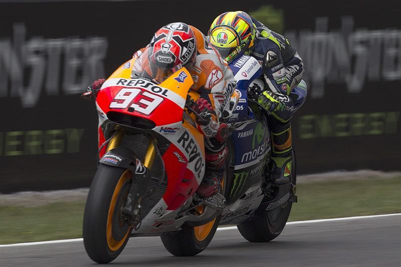El piloto español Marc Márquez (i), del equipo Repsol Honda Team, con el piloto italiano Valentino Rossi (d), del equipo Movistar Yamaha MotoGP. Foto: EFE