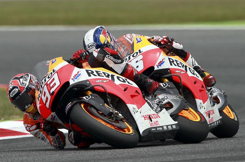 El piloto español Marc Márquez (i), del equipo Repsol Honda Team, seguido de su compatriota Dani Pedrosa. Foto: EFE