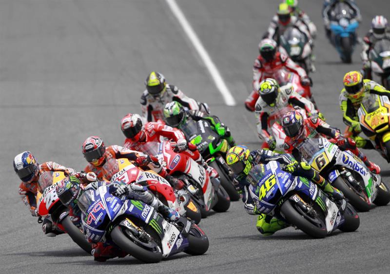 El piloto español Jorge Lorenzo, del equivo Movistar-Yamaha lidera la salida de la carrera de MotoGP del Gran Premio de Catalunya. Foto: EFE
