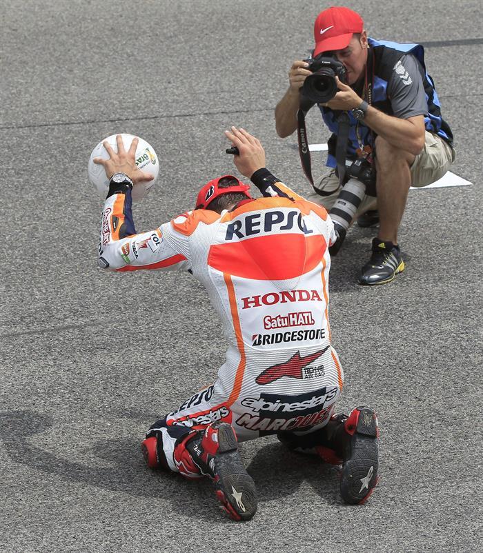 El piloto español Marc Márquez, del equipo Repsol Honda Team, celebra con un balón de fútbol en la mano su victoria. Foto: EFE