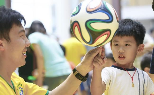 Muere un joven chino por pasar varias noches sin dormir para ver el Mundial. Foto: EFE