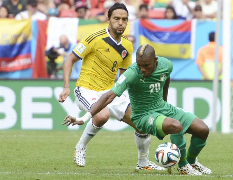 Colombia's Abel Aguilar (L) and Ivory Coast's Die Serey (R) vie for the ball during the FIFA World Cup 2014 group C