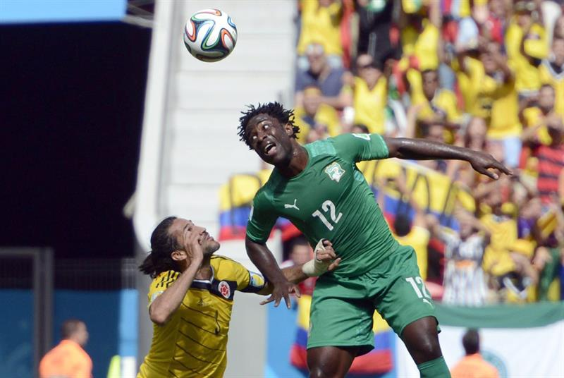 Colombia's Mario Yepes (L) and Ivory Coast's Wilfired Bony (R) vie for the ball during the FIFA World Cup 2014 group C