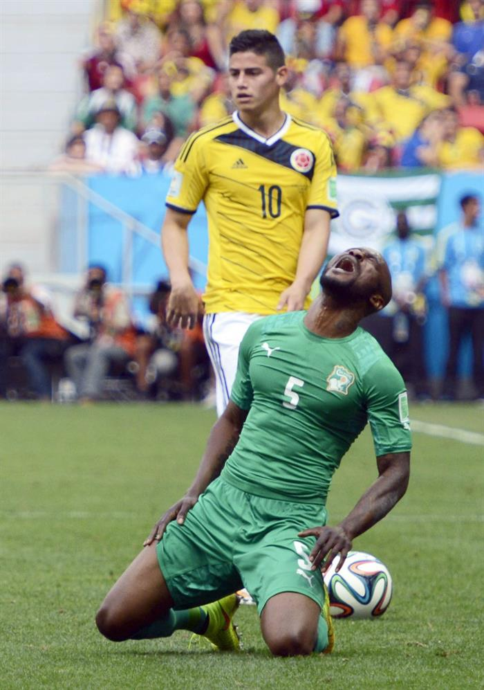Colombia's James Rodriguez (L) and Ivory Coast's Didier Zokora (R) vie for the ball during the FIFA World Cup 2014 group C