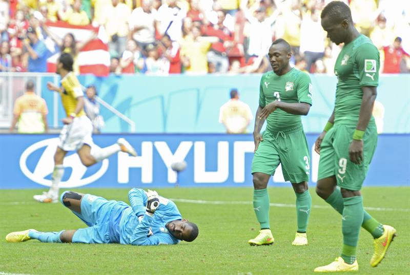 vory Coast's goalekeeper Boubacar Barry (L-R), Arthur Boka, and Ismael Tiote react dejected after receiving the 2-0 goal during the FIFA World Cup 2014 group C