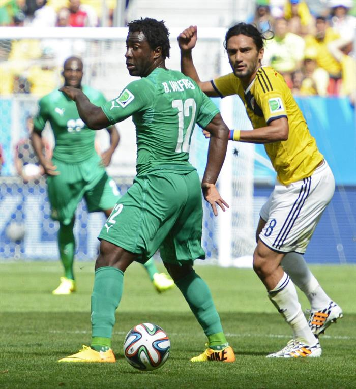 Colombia's Abel Aguilar (R) and Ivory Coast's Wilfried Bony (L) vie for the ball during the FIFA World Cup 2014 group C