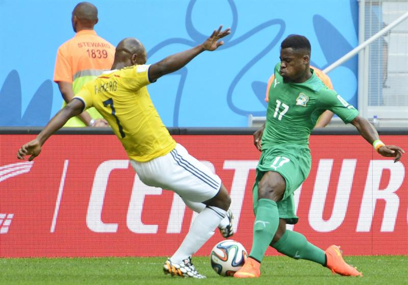 Colombia's Pablo Almero (L) Mand Ivory Coast's Serge Aurier (R) vie for the ball during the FIFA World Cup 2014 group C