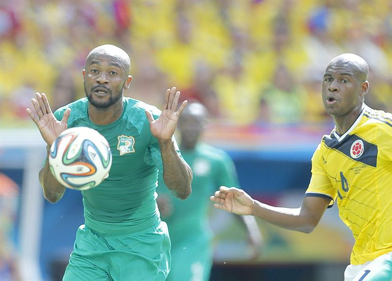 Didier Zokora of Ivory Coast (L) and Victor Ibarbo of Colombia in action during the FIFA World Cup 2014 group C