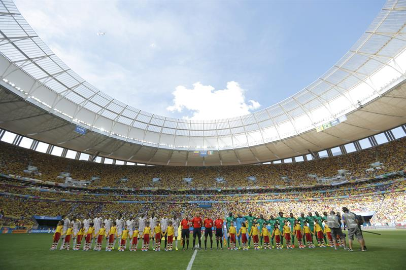 The teams pose prior the FIFA World Cup 2014 group C preliminary round match between Colombia and the Ivory Coast at the Marfil