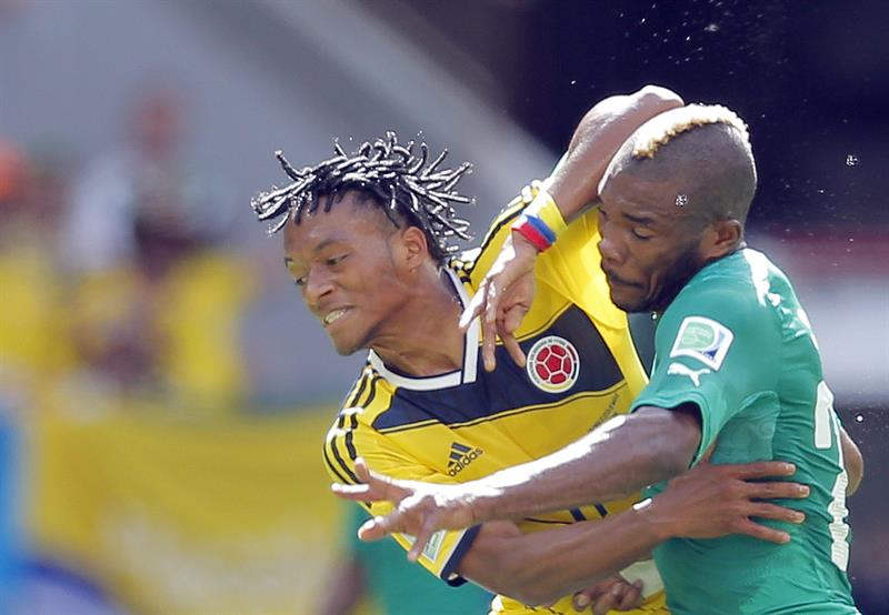 Juan Cuadrado of Colombia (L) and Geoffroy Serey Die of Ivory Coast in action during the FIFA World Cup 2014 group C