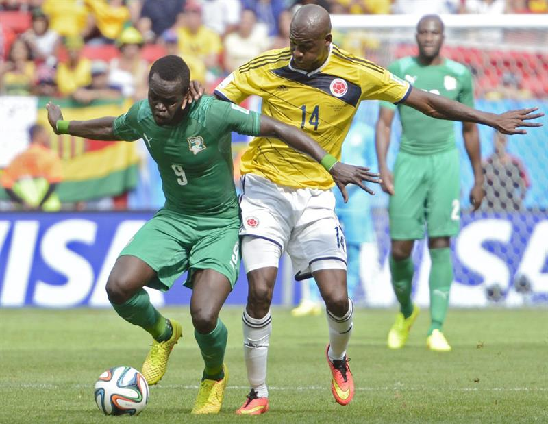 Ivory Coast's Ismael Tiote (L) and Colombia's Victor Ibarbo (R) vie for the ball during the FIFA World Cup 2014 group C