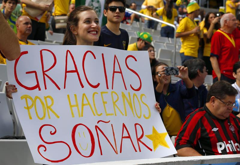 Spanish fan holds a sign literally reading 'Thanks for letting us dream' before the FIFA World Cup 2014 group B. Foto: EFE