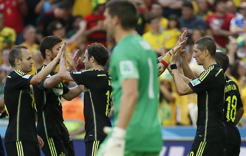 El delantero español Fernando Torres (d) celebra con varios compañeros el gol marcado ante la selección australiana. Foto: EFE