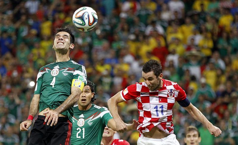 El defensa mexicano Rafael Márquez (i) remata para que acto siguiente marque su compañero Javier Hernández. Foto: EFE